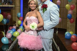 Jesse Palmer and Kelly Ripa pose for a prom picture on a recent episode of Live! With Kelly