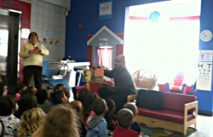 ESPN's Freddie Coleman reads to children at the Imagine Nation Children's Museum in Bristol, Conn.  (Leanne Cozart/ESPN)